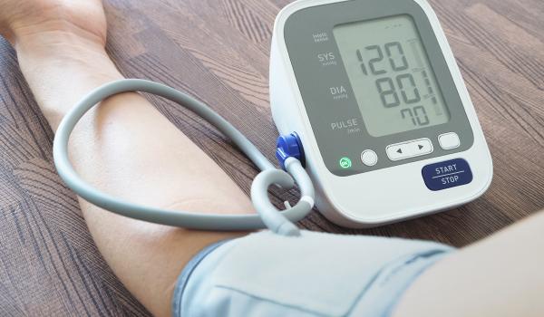 Eine lange Laufzeit von Batterien in medizinischen Geräten wie Blutdruckmesser ist essenziell.