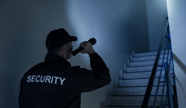 Die Nachtschicht des Sicherheitsdienstes braucht zuverlässige Batterien für seine Taschenlampen.